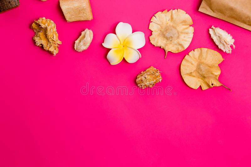 Closeup av härliga Spa objekt på en rosa bakgrund med kopieringsutrymme arkivfoto