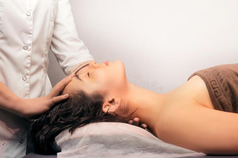 Closeup av halsmassagen på vit bakgrund Hångla massagen, hals för att smärta behandling Yrkesmässig massage och acupressurehalsma royaltyfri bild