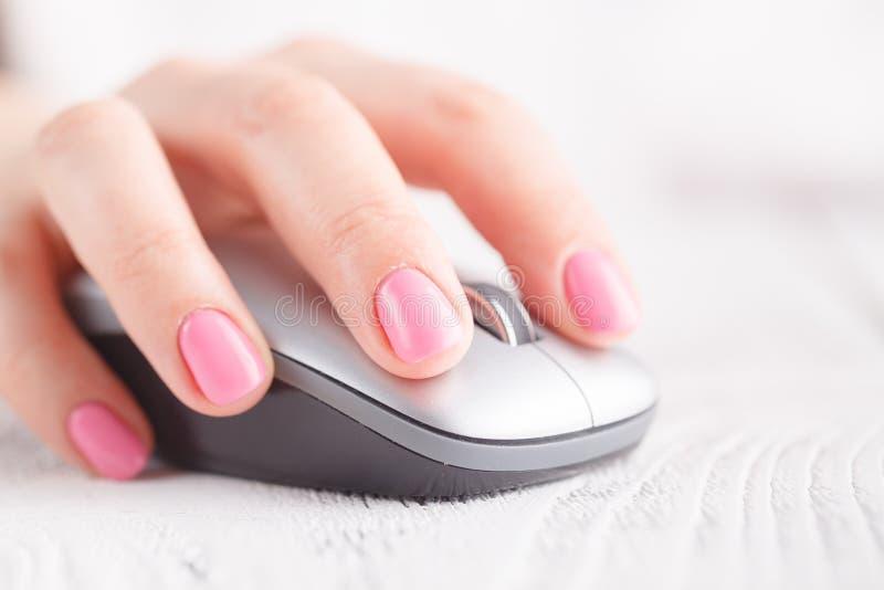 Closeup av handen genom att använda datormusen arkivbild