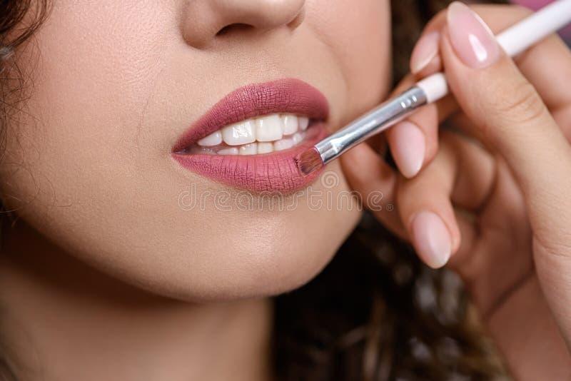 Closeup av handen av kanter för kvinna för teckning för makeupkonstnär royaltyfri fotografi
