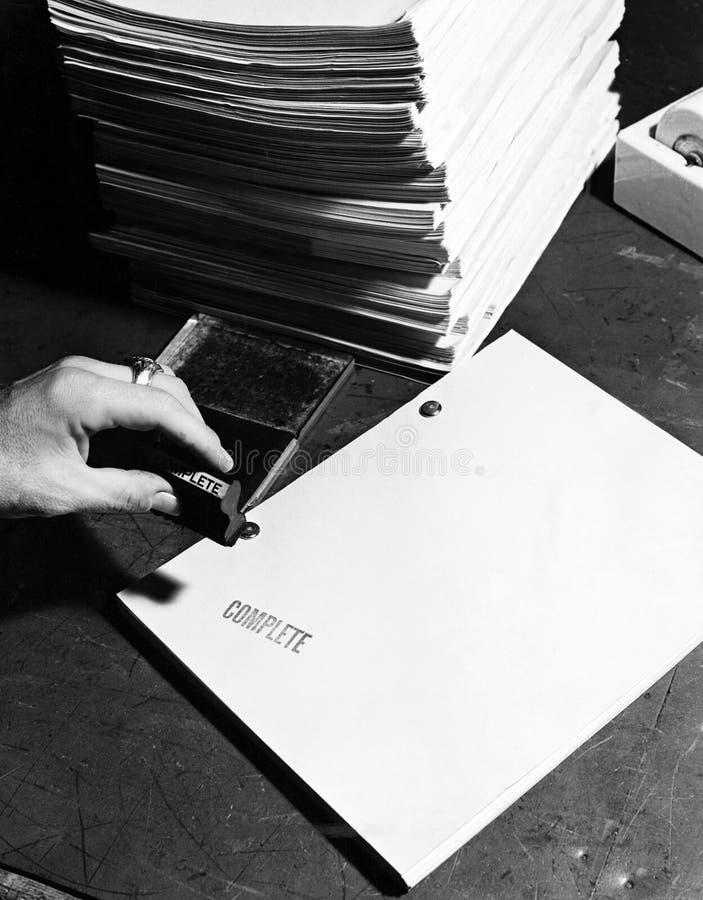 Closeup av handen som stämplar filmskriften arkivfoto