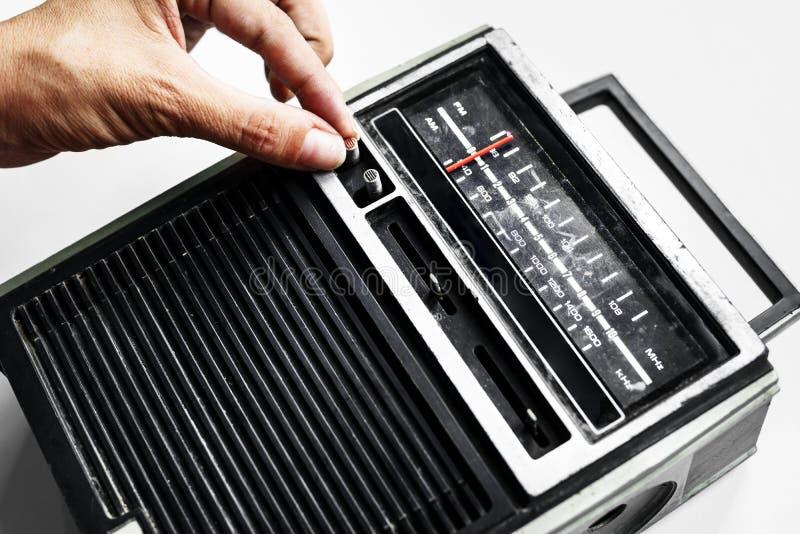 Closeup av handen som trimmar den klassiska retro radiotransistorn royaltyfri foto