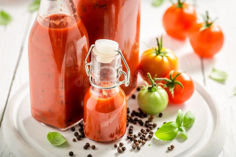 Closeup av hemlagad och smaklig ketchup som förbereds från tomater royaltyfria bilder
