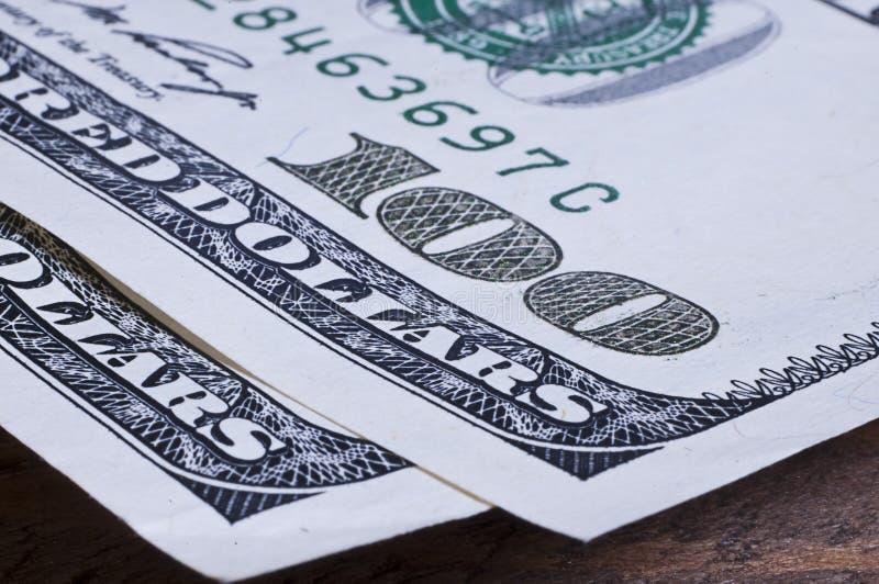 Closeup av hundra dollarräkningar på trätabellen arkivfoton
