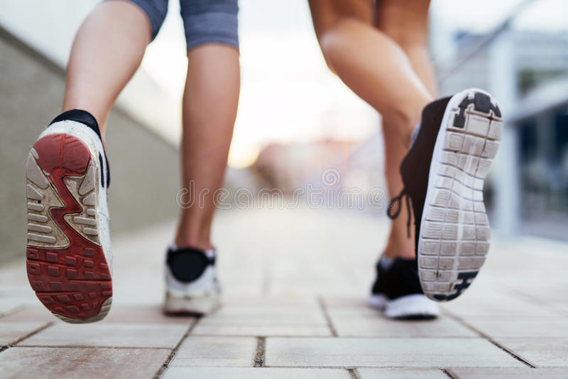 Closeup av joggers`-fot arkivbild