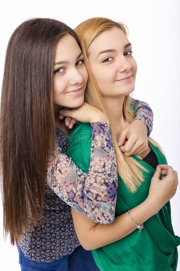 Closeup av kramen för två systrar som har gyckel royaltyfri fotografi