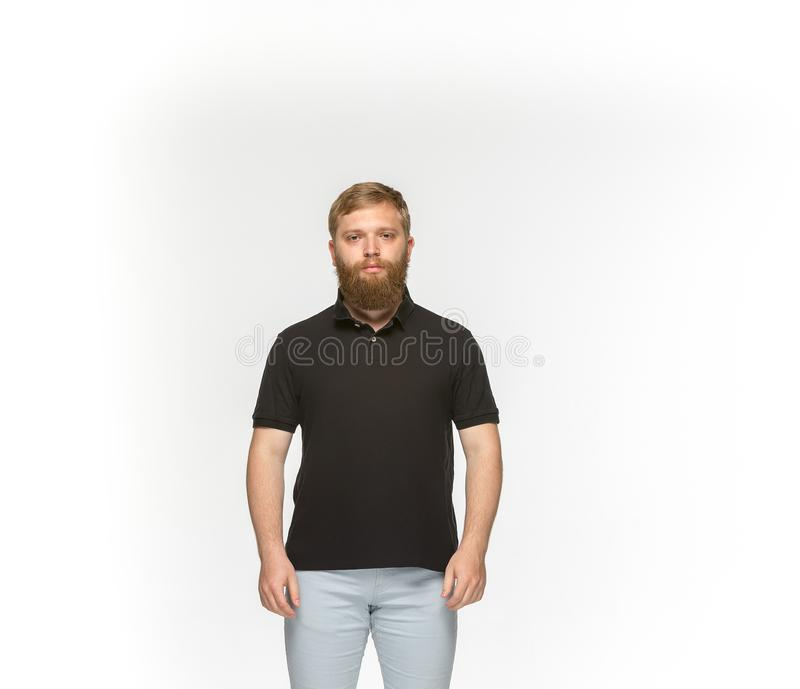Closeup av kroppen för ` s för ung man i den tomma svarta t-skjortan som isoleras på vit bakgrund Åtlöje upp för designbegrepp royaltyfria foton