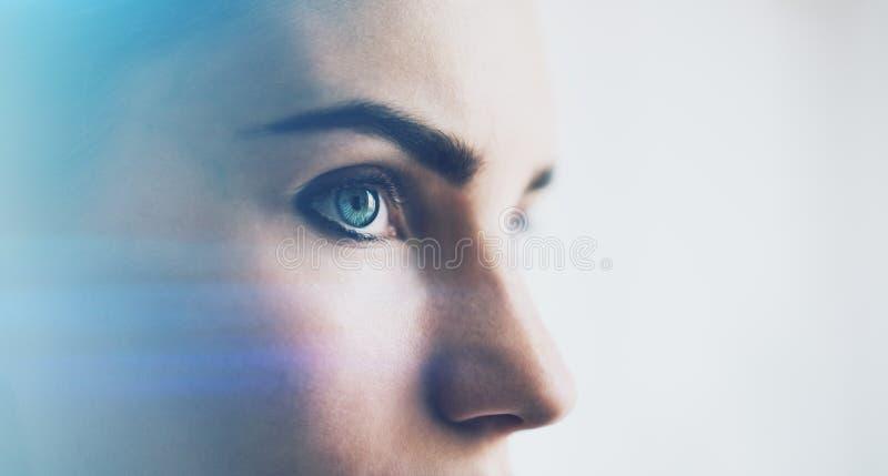Closeup av kvinnaögat med visuella effekter, på vit bakgrund horisontal arkivfoto