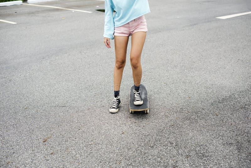 Closeup av kvinnaben som tycker om skateboarden royaltyfri foto