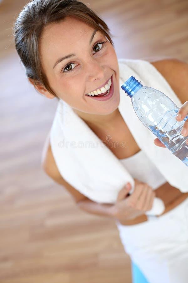 Closeup av kvinnadricksvatten arkivfoton
