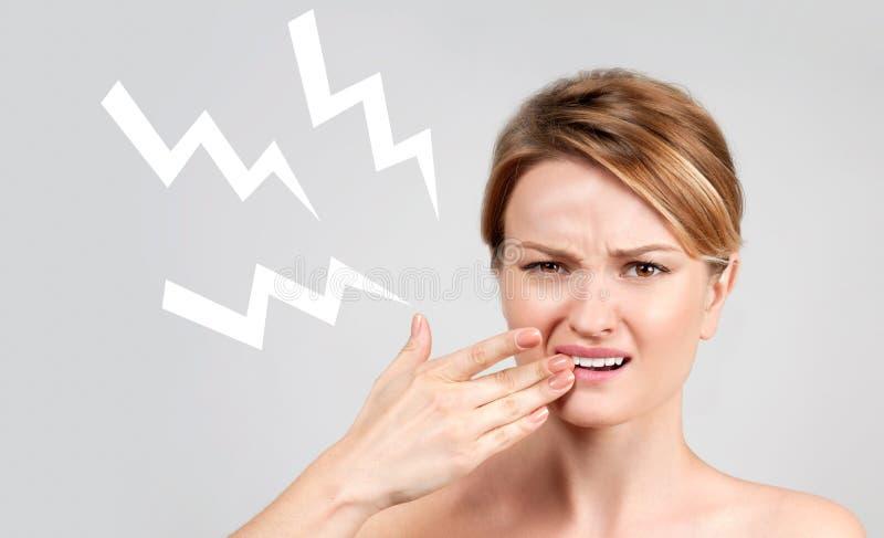 Closeup av kvinnalidande från tandvärk royaltyfria bilder