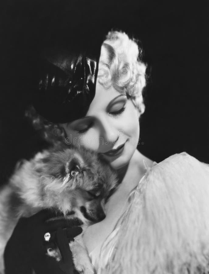 Closeup av kvinnan med hunden (alla visade personer inte är längre uppehälle, och inget gods finns Leverantörgarantier att det sk arkivfoton