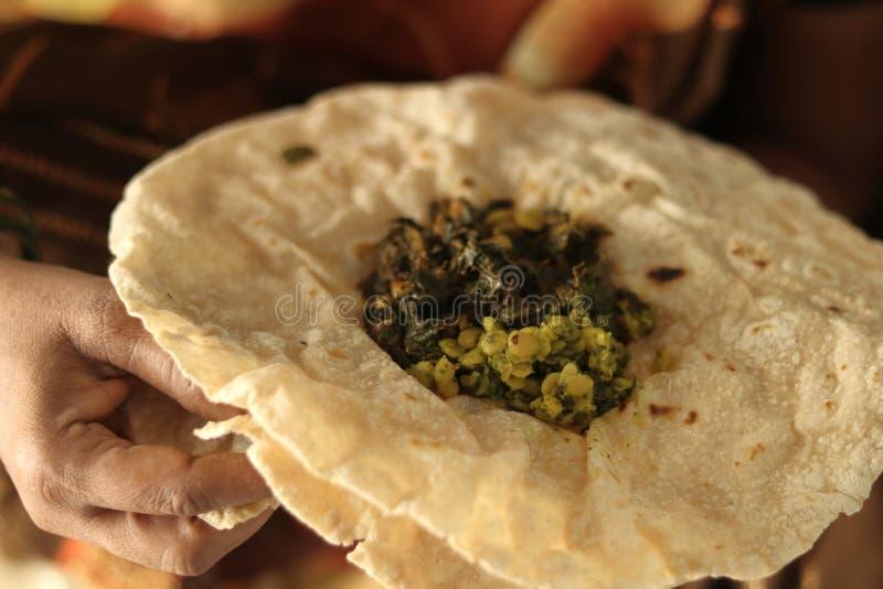 Closeup av kvinnan som ?ter Jowar f?r frukost f?r s?dra indiskt norr Karnataka folk den dagliga healhy rotien eller rottien eller arkivfoto