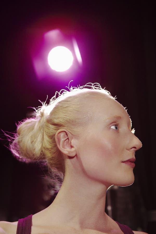 Closeup av kvinnan som ser bort på etapp arkivfoto