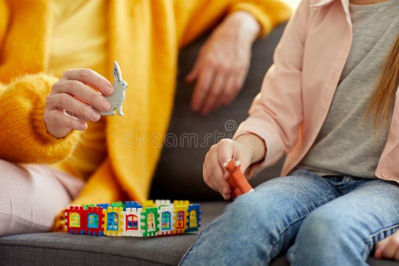 Closeup av kvinnan som spelar med barnet arkivbilder