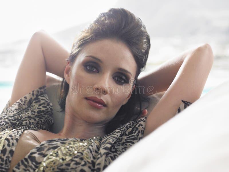 Closeup av kvinnan som vilar på soffan royaltyfri foto