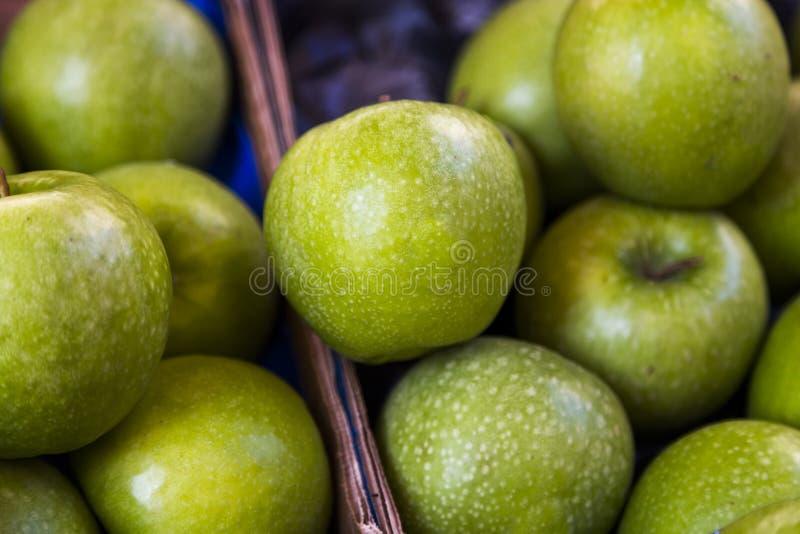 Closeup av läckra gröna äpplen royaltyfri foto
