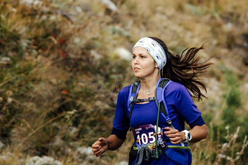 Closeup av landskapet för berg för ung kvinnlig löpareskyrunner det rinnande arkivbilder