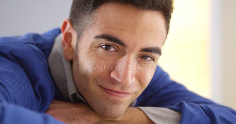Closeup av latinamerikanskt mansammanträde på skrivbordet arkivbild
