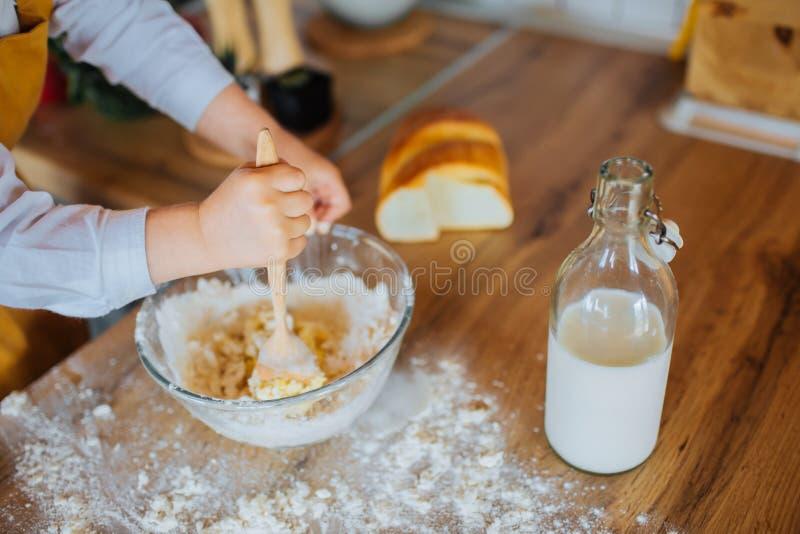 Closeup av liten flickas händer som hjälper att baka royaltyfri bild