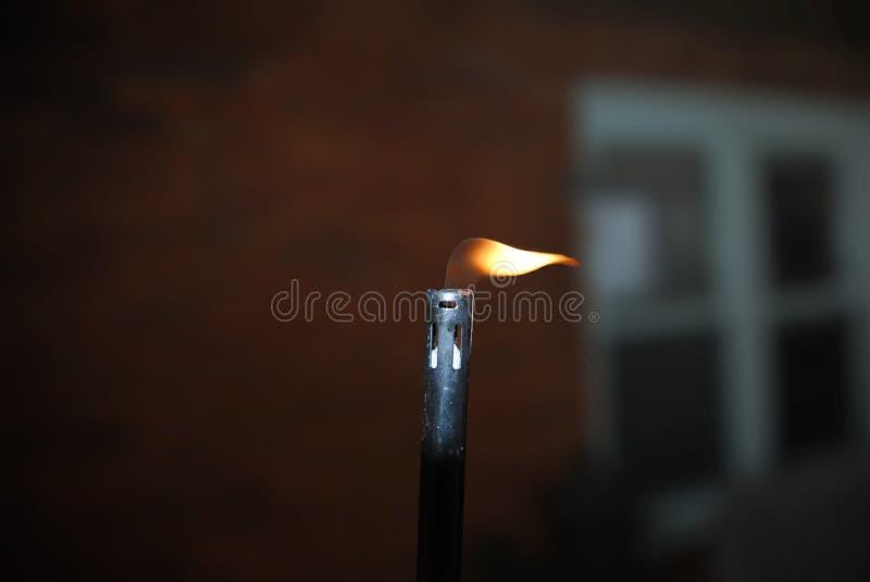 Closeup av ljusare flamma för Lit arkivfoton