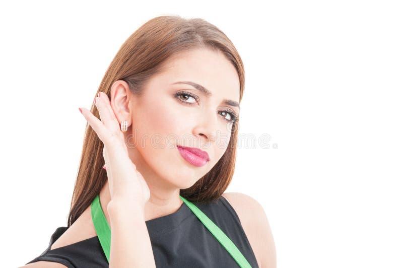 Closeup av lyssnande viskning för kvinnlig anställd arkivbilder