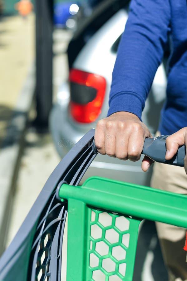 Closeup av manhanden med shoppingvagnen royaltyfri fotografi