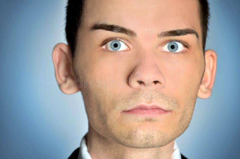 Closeup av mannen för blåa ögon royaltyfri foto