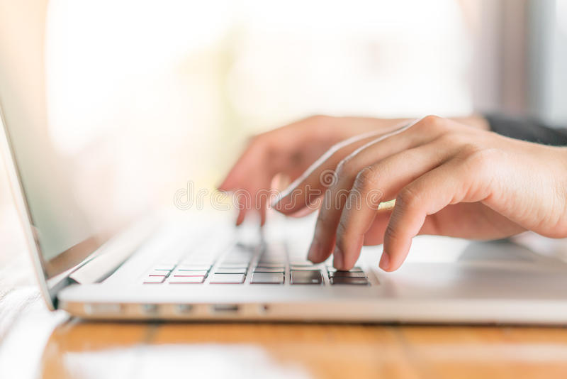 Closeup av maskinskrivning för hand för affärskvinna på bärbar datortangentbordet arkivfoton