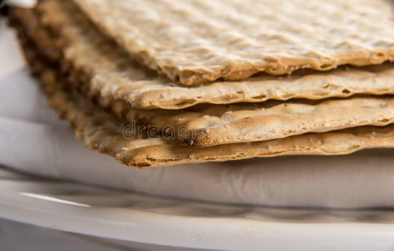 Closeup av matzahen på plattan arkivfoto