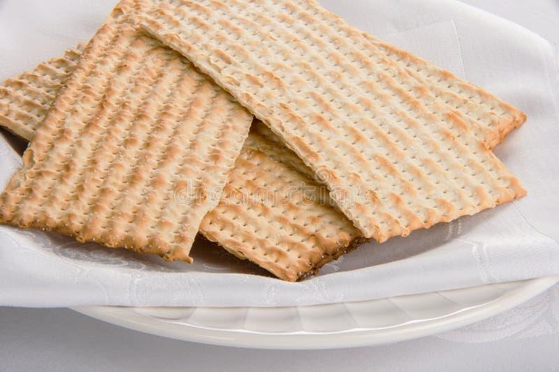Closeup av matzahen på plattan royaltyfria bilder
