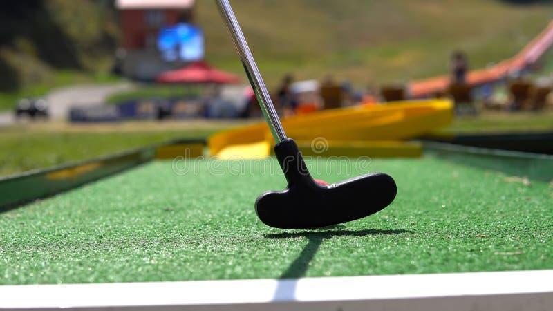 Closeup av mini- golf för spelarelek med bollen royaltyfri bild