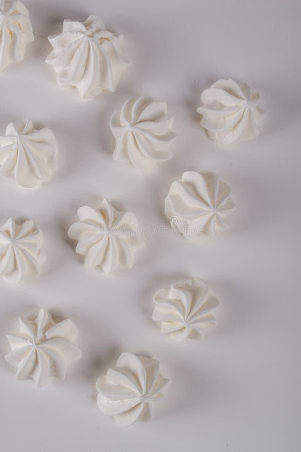 Closeup av mini- marängkakor arkivfoton