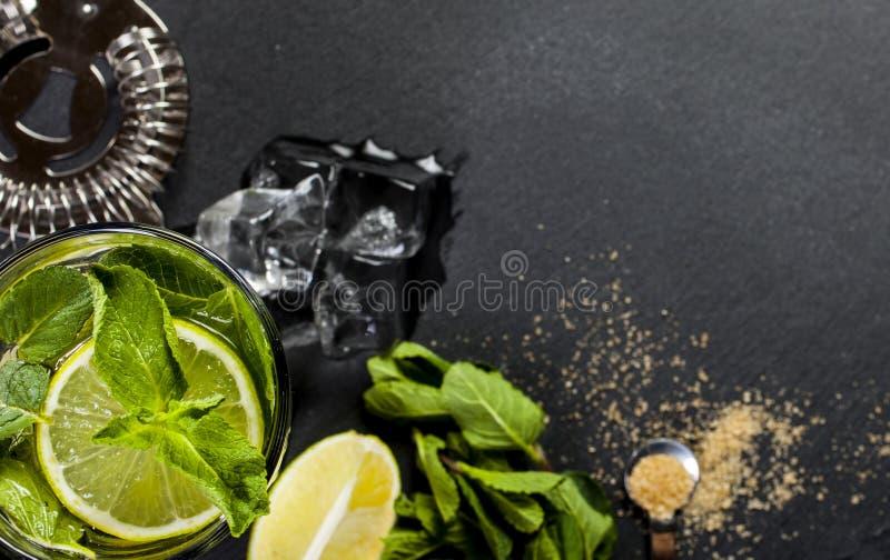 Closeup av mojitococtailen Ingredienser och redskap royaltyfria foton