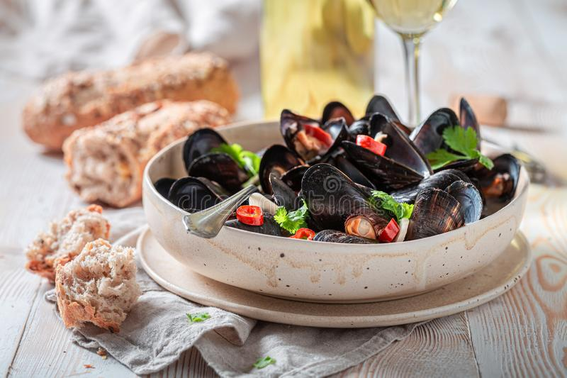 Closeup av musslor som tjänas som med smakligt wholemeal bröd royaltyfria foton