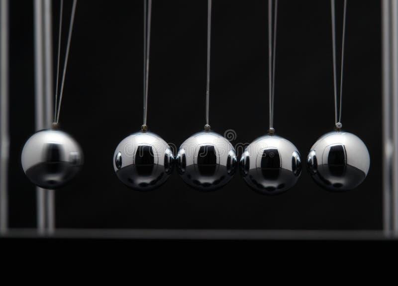 Closeup av Newton Cradle With Swinging Metal bollar royaltyfri fotografi