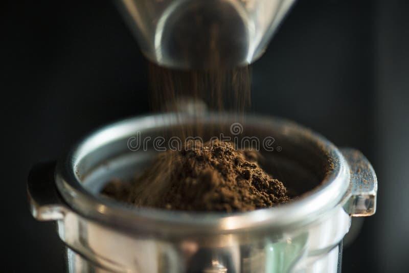 Closeup av ny malande kaffekultur royaltyfria foton