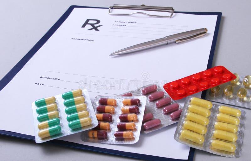 Closeup av pils, stetoskop, penna på ett rxrecept fotografering för bildbyråer