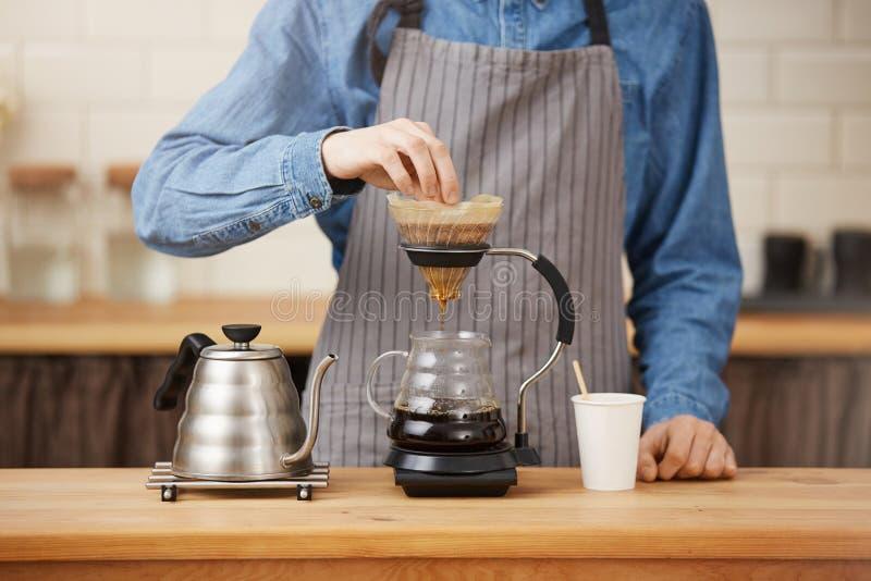 Closeup av rofessionalbartendern som förbereder pouroverkaffe i chemex arkivfoto