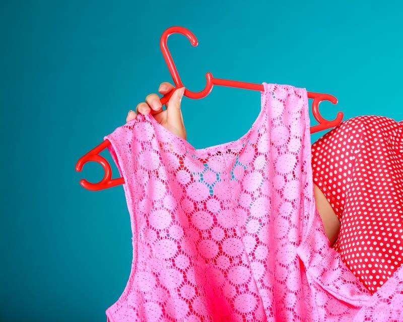 Closeup av rosa färgklänningen i kvinnlig hand. Sale detaljhandel. royaltyfri bild