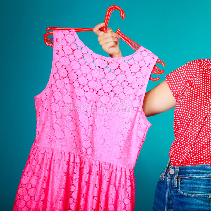 Closeup av rosa färgklänningen i kvinnlig hand. Sale detaljhandel. arkivbild