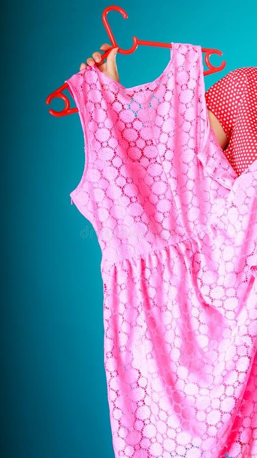 Closeup av rosa färgklänningen i kvinnlig hand Sale detaljhandel arkivfoton
