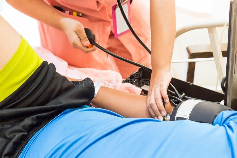 Closeup av sjuksköterskan som tar tålmodigt blodtryck arkivfoton