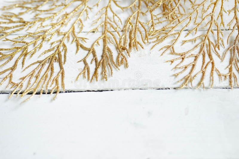 Closeup av skinande guld- sidor på vit träbakgrund f?r eps-mapp f?r 8 kort greeting bland annat mall kopiera avst?nd arkivbild