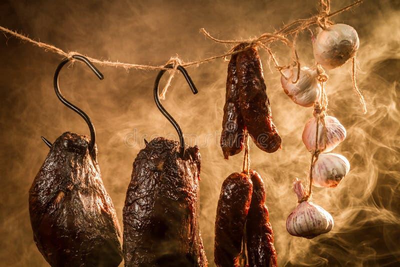 Closeup av skinka, korven och vitlök i en smokehouse arkivfoton