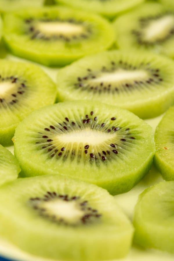 Closeup av skivade Kiwi Fruit On The Plate royaltyfri bild