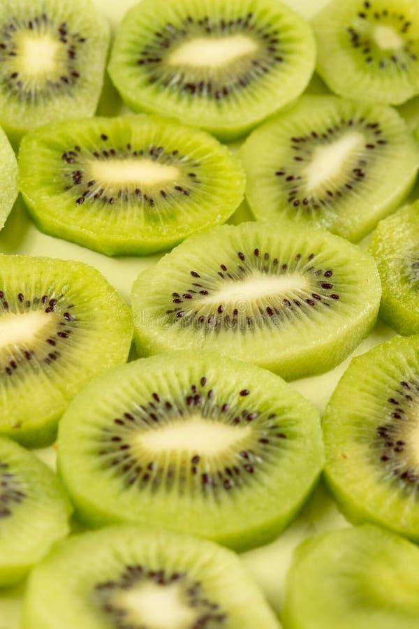 Closeup av skivade Kiwi Fruit On The Plate royaltyfria bilder