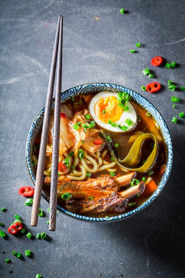Closeup av smaklig Kimchi soppa med gräslöken och nudlar arkivbild