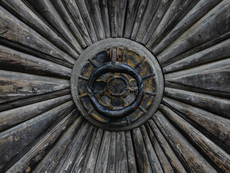 Closeup av smidesjärndörrhandtaget royaltyfri fotografi