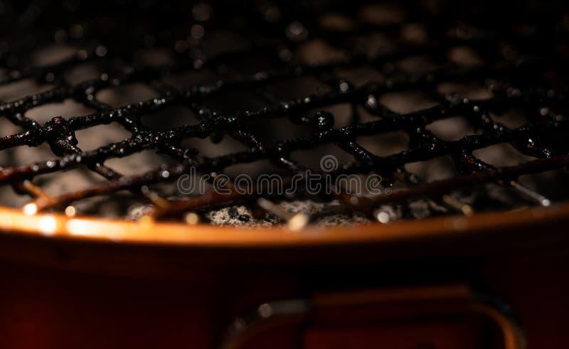 Closeup av smutsiga och brända grillfestgallerspisgallrar Riskfaktor av cancer sjuklig mat Mycket av foodsfläckar på grillfestgal royaltyfria foton